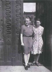 Wanda i Czesława Sędzielewskie w bramie kamienicy
