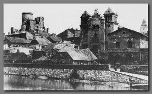 Będzin na przełomie XIX i XX wieku – widok z drugiego brzegu Czarnej Przemszy. Widoczna okazała synagoga, z dwoma kwadratowymi wieżami - została spalona wraz z modlącymi się wewnątrz Żydami, w nocy z 8 na 9 września 1939 roku przez Niemców. Żydów próbujących ucieczki Niemcy natychmiast mordowali.
