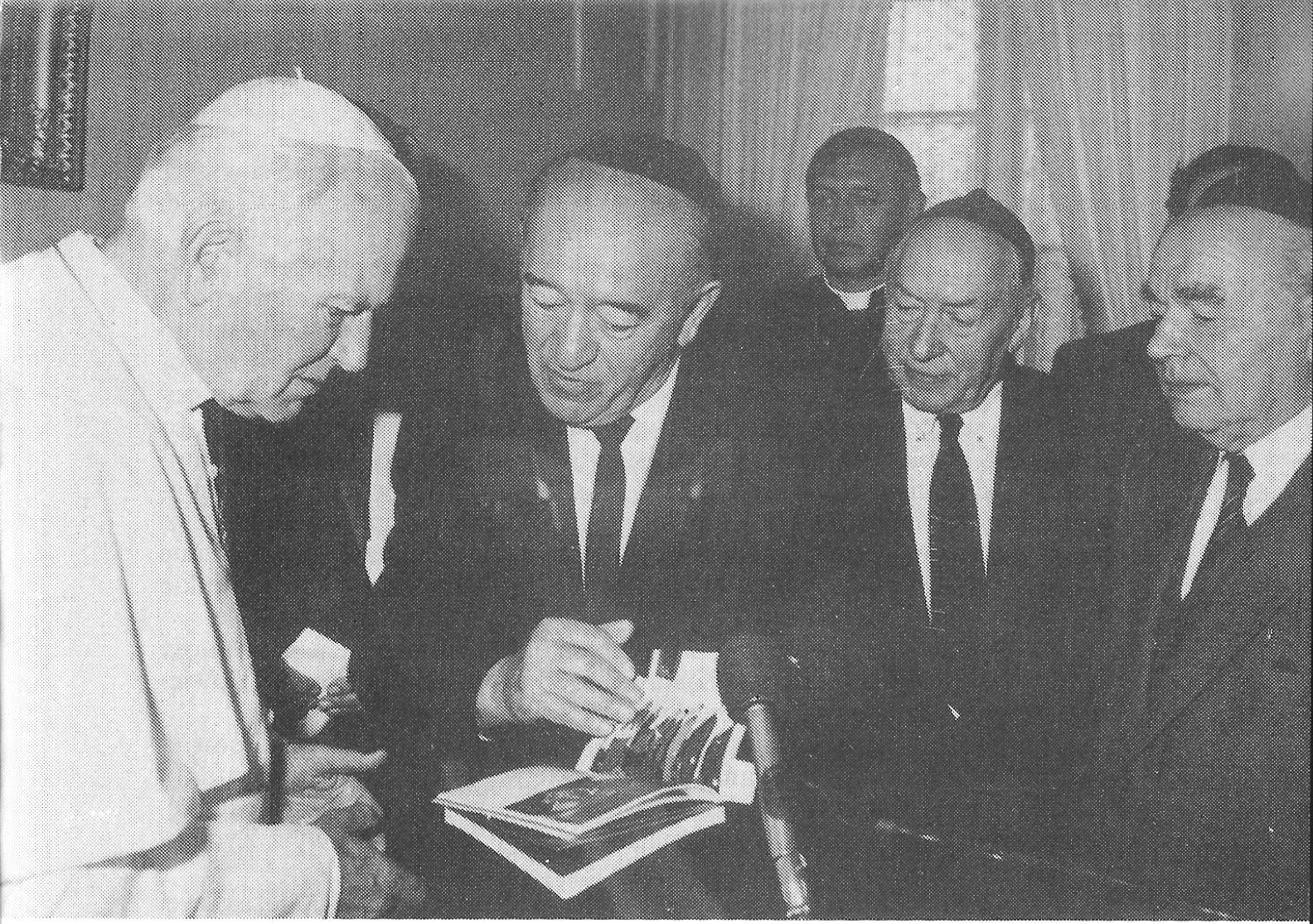 Papież Jan Paweł II zapoznaje się z kalendarzem-almanachem Związku