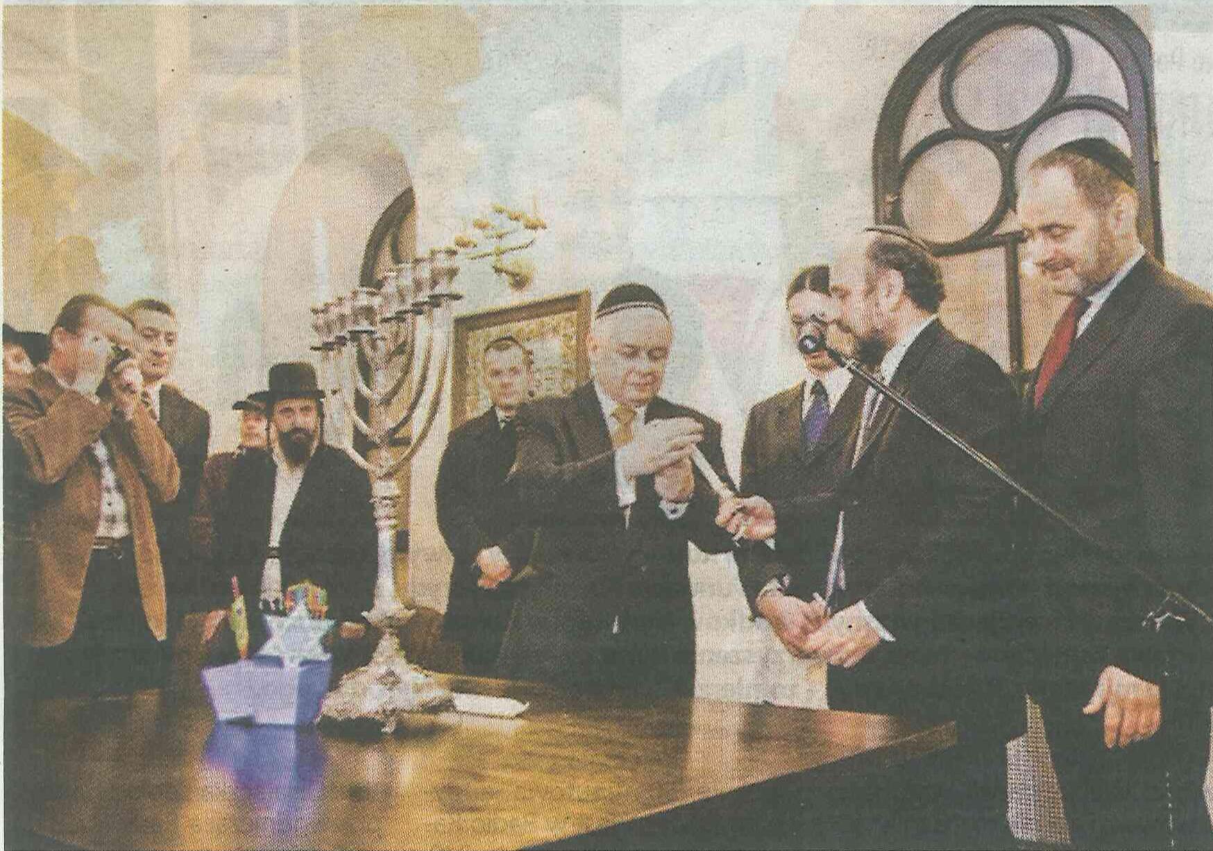 To Lech Kaczyński był pierwszą głową polskiego państwa zapalającą w synagodze chanukowe świeczki. I oto dzisiaj śp. Lech Kaczyński otrzymuje od zawiadujących muzeum podziękowania.