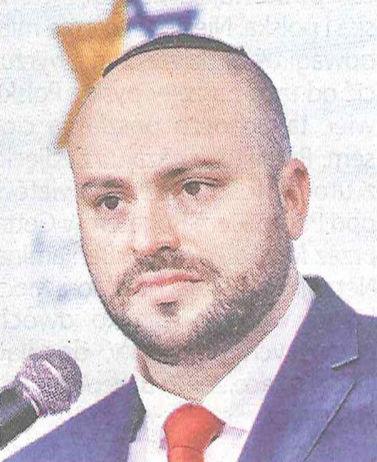 Znanym całej Polsce żydowskim podpowiadaczem wylansowanym przez polityków PiS w ostatnich latach jest Jonny Daniels, który w 2016 r. zasłynął oświadczeniem w sprawie ekshumacji powiedział, że: Nawet jeśli pod tą inicjatywą podpisze się 40 milionów osób, ekshumacja w Jedwabnem nie odbędzie się.